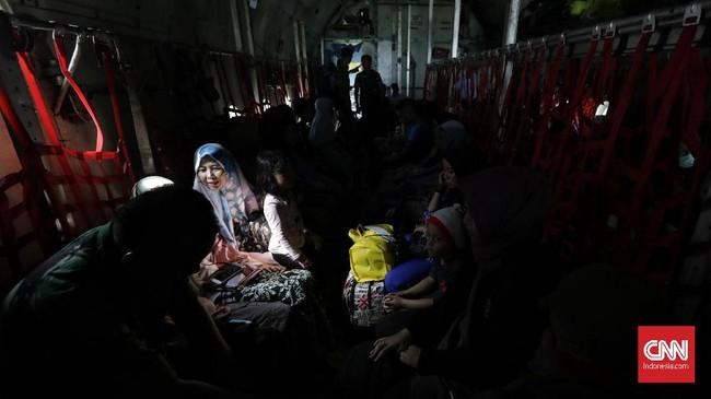 Selain pesawat Hercules, TNI AU juga menggunakan pesawat angkut CN-2904 yang sudah dimodifikasi tempat duduknya untuk tujuan Landasan Udara Adi Sucipto Sleman, DI Jogjakarta dan Lanud Abdulrachman Saleh Malang. (CNN Indonesia/Adhi Wicaksono)