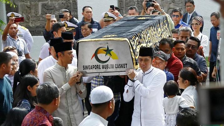 Pesawat Hercules C-130 yang membawa jenazah Ani Yudhoyono mendarat di Lanud Halim Perdanakusuma, Jakarta Timur pukul 22.08 WIB.