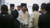 Presiden ke-6 RI Susilo Bambang Yudhoyono (tengah) menyalami para tamu yang melayat almarhumah Ibu Ani Yudhoyono, di Kedutaan Besar Indonesia, di Singapura, Sabtu (1/6). Selama Ani sakit, SBY terus mendampinginya dalam menjalani proses penyembuhan. (ANTARA FOTO/M N Kanwa)