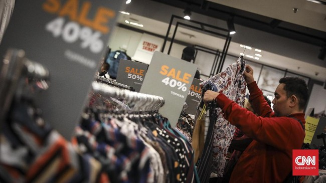 Program midnight sale di Grand Indonesia Mall, Jakarta, ditawarkan saat sebagian masyarakat sudah mengantongi gaji dan Tunjangan Hari Raya (THR). Program ini juga digelar jelang perayaan Lebaran 2019. (CNNIndonesia/Hesti Rika).