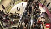 Keramaian pengunjung saat program midnight sale di Grand Indonesia Mall, Jakarta, Jumat (31/5). Gelaran ini menawarkan diskon 25 persen hingga 70 persen di lebih dari 200 tenant yang berpartisipasi. (CNNIndonesia/Hesti Rika).