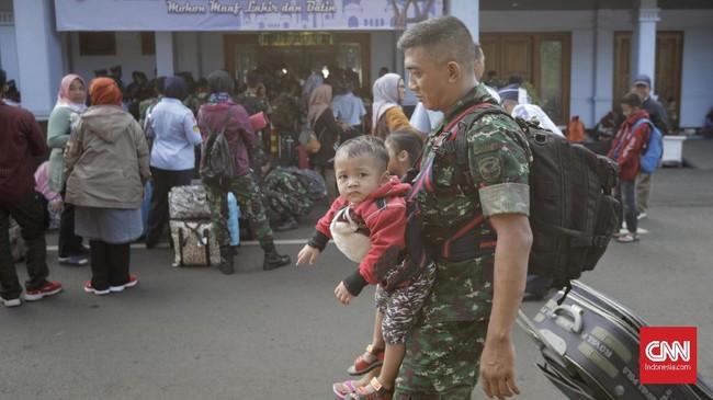 Suasana mudik lebaran bagi anggota TNI, anggota keluarga TNI, dan PNS TNI di Lanud Halim Perdana Kusuma, Jakarta. Sabtu, 1 Juni 2019. (CNN Indonesia/Adhi Wicaksono)