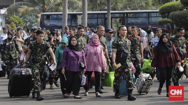 Kepala Staf Angkatan Udara (Kasau), Marsekal TNI Yuyu Sutisna, melepas secara simbolis keberangkatan 1.500 pemudik, khususnya TNI Angkatan Udara beserta keluarga dari Landasan Udara Halim Perdanakusuma Jakarta. (CNN Indonesia/Adhi Wicaksono)