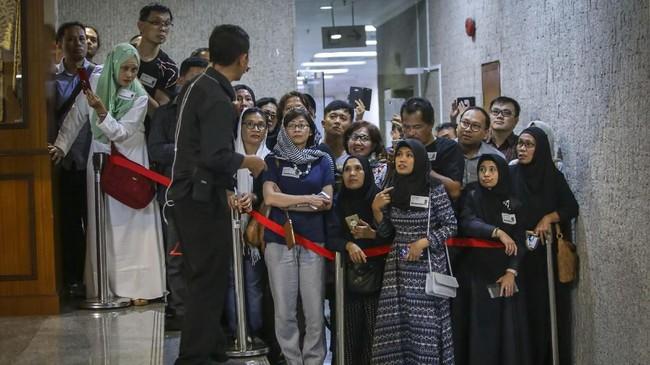 Warga Indonesia yang bermukim di Singapura antre untuk mendoakan almarhumah Ibu Ani Yudhoyono, di Kedutaan Besar Indonesia, di Singapura, Sabtu (1/6). (ANTARA FOTO/M N Kanwa)
