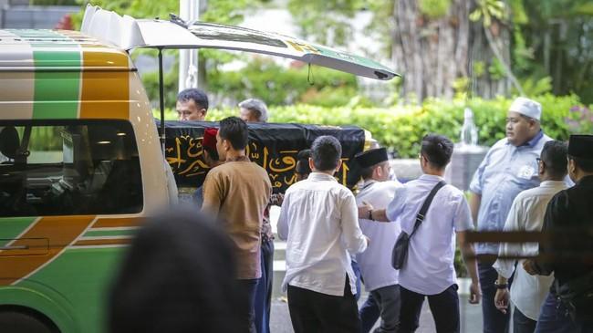 Kerabat menurunkan keranda berisi jenazah almarhumah Ibu Ani Yudhoyono ketika akan disemayamkan, di Kedutaan Besar Indonesia, di Singapura, Sabtu (1/6). Istri Presiden ke-6 RI itu meninggal dunia karena sakit kanker darah. (ANTARA FOTO/M N Kanwa)