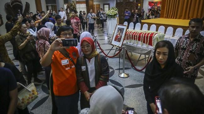 Warga Indonesia melayat almarhumah Ani Yudhoyono, di Kedutaan Besar Indonesia, di Singapura, Sabtu (1/6). Setelah kabar kepergian Ani beredar, masyarakat Indonesia di Singapura memang berbondong-bondong datang untuk memberikan penghormatan terakhir. (ANTARA FOTO/M N Kanwa)