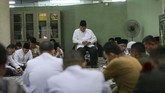 Presiden ke-6 RI Susilo Bambang Yudhoyono (tengah), bersama keluarga membacakan surat Yasin saat menunggu proses pengkafanan jenasah Ibu Ani Yudhoyono, di Kedutaan Besar Indonesia, di Singapura, Sabtu (1/6). (ANTARA FOTO/M N Kanwa)