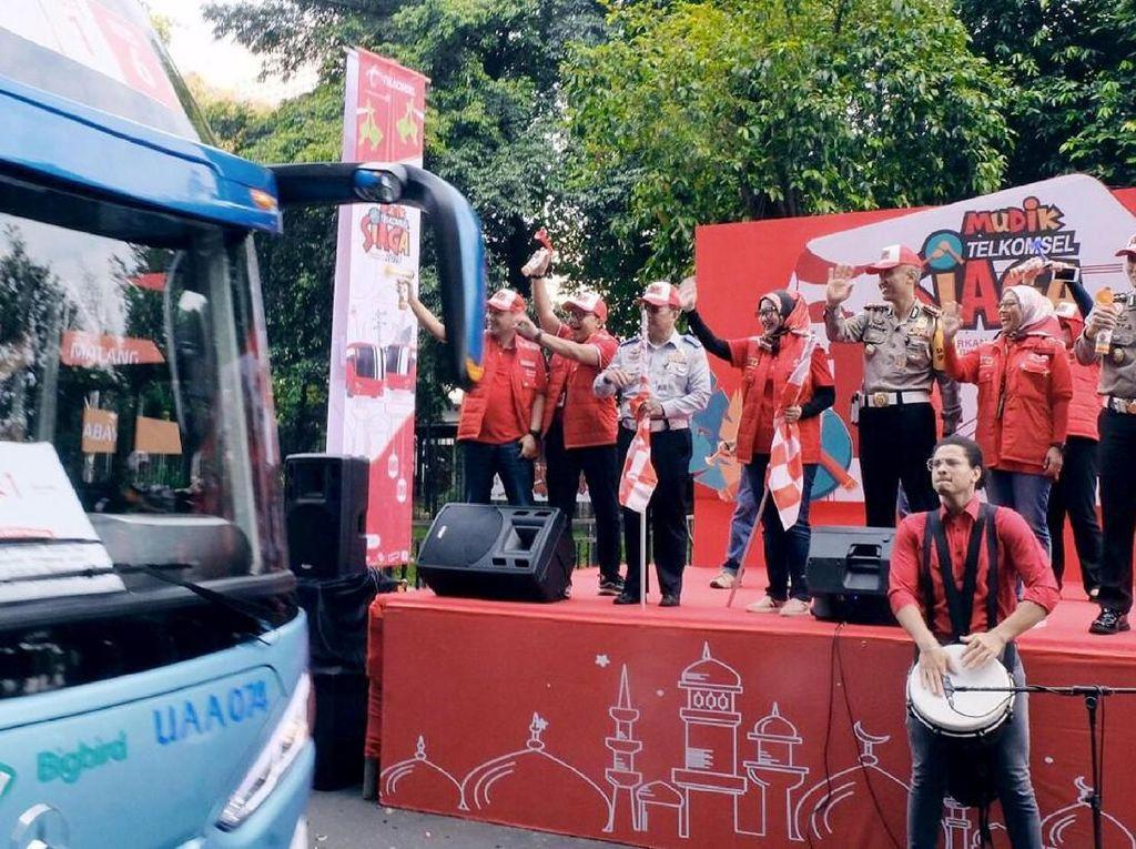 Direktur Utama Telkomsel Emma Sri Martini (tengah) didampingi jajaran direksi dan pihak terkait melepas mudik gratis Telkomsel menggunakan moda Bus di Gelora Bung Karno, Jakarta (1/6). Foto: dok. Telkomsel