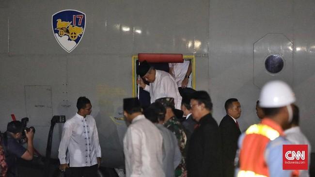 Prajurit TNI mengusung peti jenazah almarhumah Kristiani Herawati atau Ani Yudhoyono setibanya di Lanud Halim Perdanakusuma. Jakarta, Sabtu (1/6). (CNN Indonesia/Adhi Wicaksono)