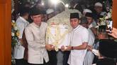 Peti jenazah Ani Yudhoyono diangkut kedua puteranya, Agus Yudhoyono (kiri) dan Edhie Baskoro Yudhoyono (kanan) setibanya di rumah duka pada Sabtu (1/6). (ANTARA FOTO/Akbar Nugroho Gumay)