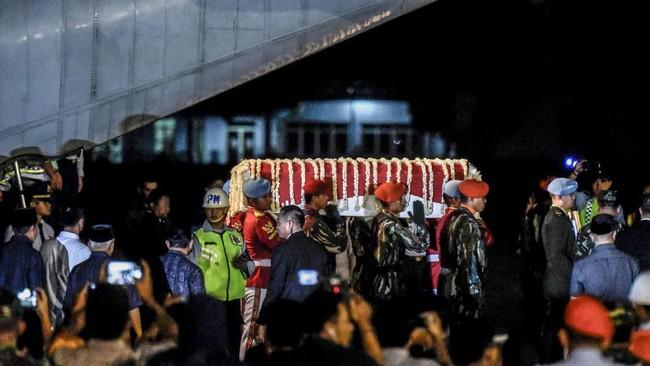 Istri mantan Presiden Susilo Bambang Yudhoyono ini meninggal dalam usia 66 tahun akibat penyakit kanker di National University Hospital (NUH), Singapura. (ANTARA FOTO/Muhammad Adimaja)