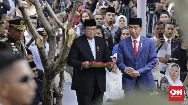 Upacara militer pemakaman ANi Yudhoyono dimulai sekitar pukul 15.00 WIB dan berlangsung selama lebih dari satu jam. Keluarga Yudhoyono sebelumnya telah menyerahkan jenazah kepada pemerintah untuk dimakamkan. (CNN Indonesia/Adhi Wicaksono)
