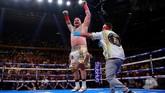 Andy Ruiz Jr merayakan kemenangan setelah wasit memutuskan Anthony Joshua tidak mampu melanjutkan pertarungan. (Reuters/Andrew Couldridge)