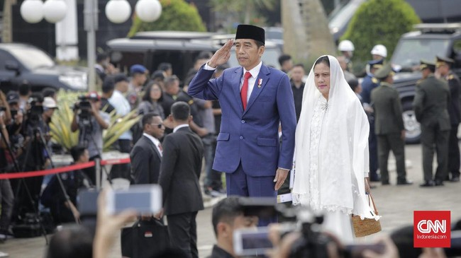 Presiden Joko Widodo menjadi inspektur upacara pada upacara pemakaman jenazah Ibu Negara periode 2004-2014 Ani Yudhoyono di Taman Makam Pahlawan Nasional Utama (TMP) Kalibata, Jakarta, Minggu (2/6). (CNN Indonesia/Adhi Wicaksono).
