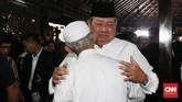 SBY tak bisa menutupi kesedihannya saat menerima ucapan bela sungkawa para pelayat yang hadir di kediamannya di Cikeas.(CNN Indonesia/Andry Novelino)
