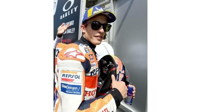 Marc Marquez merayakan pole MotoGP Italia 2019 di Sirkuit Mugello. Marquez tidak pernah menang di MotoGP Italia sejak 2014. (Claudio Giovannini/ANSA via AP)