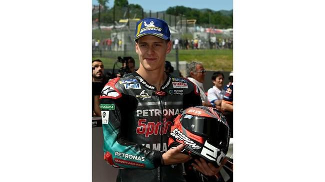 Pebalap Petronas Yamaha Fabio Quartararo merayakan start kedua MotoGP Italia 2019 di parc ferme Sirkuit Mugello. (Claudio Giovannini/ANSA via AP)