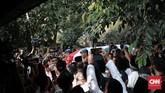 Prosesi Persemayaman jenazah Ani Yudhonono di Pendopo kediaman Mantan Presiden RI ke 6, Susilo Bambang Yudhoyono, Cikeas, Bogor. Minggu, 2 Juni 2019. (CNN Indonesia/Andry Novelino)
