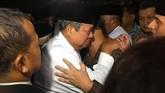 Presiden Susilo Bambang Yudhoyono menitikkan air mata saat mengiringi kedatangan jenazah Ibu Ani Yudhoyono setibanya di Lanud Halim Perdanakusuma. (ANTARA FOTO/Ade Marboen).