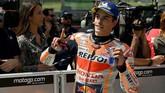 Pebalap Repsol Honda Marc Marquez merayakan sukses meraih pole MotoGP Italia 2019 di parc ferme Sirkuit Mugello. (Claudio Giovannini/ANSA via AP)