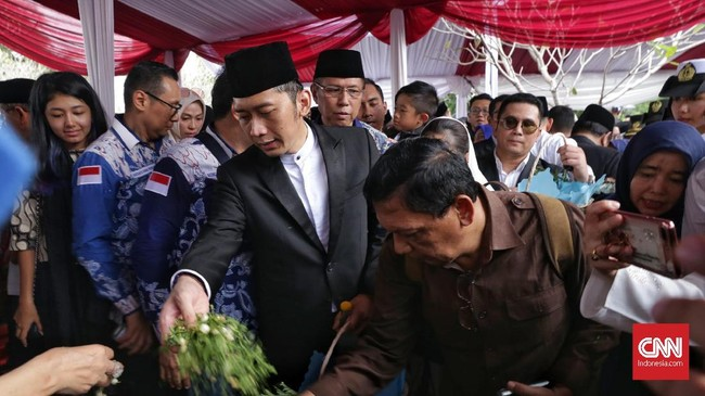 Putra bungsu Ani Yudhoyono, Edhie Baskoro Yudhoyono alias Ibas menaburkan bunga di makam ibunya dan menutup prosesi pemakaman. (CNN Indonesia/Adhi Wicaksono).
