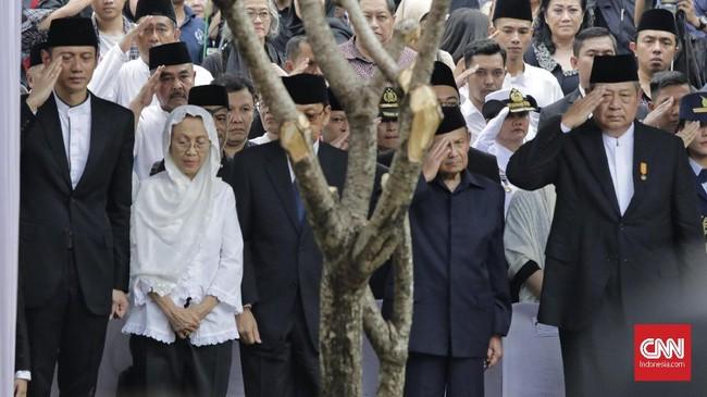 Presiden RI ke-6 Susilo Bambang Yudhoyono (SBY) memberikan penghormatan terakhir pada upacara pemakaman Ani Yudhoyono. (CNN Indonesia/Adhi Wicaksono)