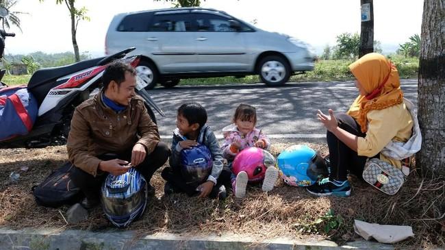 Selain imbauan, pemerintah memberikan fasilitas angkutan sepeda motor gratis bagi pemudik. (ANTARA FOTO/Anis Efizudin/hp)