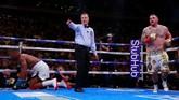 Di ronde yang sama Andy Ruiz Jr. juga berhasil merobohkan Anthony Joshua. Beruntung bagi kedua petarung mampu mengakhiri ronde ketiga tanpa kekalahan. (Reuters/Andrew Couldridge)