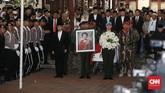 Sementara negara diwakili oleh Ketua DPR Bambang Soesatyo yang menerima jenazah dan akan membawanya ke TMP Kalibata untuk dimakamkan secara militer. (CNN Indonesia/Andry Novelino)