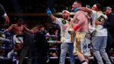 Para pendukung Andy Ruiz Jr masuk ke ring untuk merayakan kemenangan TKO atas Anthony Joshua. Ruiz pun berhasil melakukan unifikasi gelar WBA Super, IBF, WBO dan kelas berat. (Reuters/Andrew Couldridge)