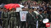 Jenazah Ani Yudhoyono tiba di Taman Makam Pahlawan Kalibata. Minggu (2/6). Sebelum dimakamkan Ani Yudhoyono disemayamkan dan disalatkan di Puri CIkeas, Bogor. (CNN Indonesia/Hesti Rika).