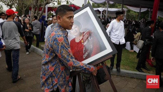 Prajurit TNI membawa peti jenazah Ibu Negara periode 2004-2014 Ani Yudhoyono saat tiba di TMP Kalibata, Jakarta, Minggu (2/6). Sebanyak 400 personel aparat gabungan disiagakan di sekitar TMP Kalibata. (CNN Indonesia/Adhi Wicaksono).