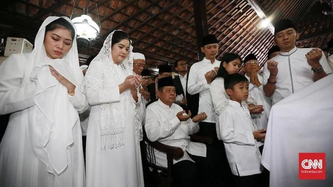SBY didampingi oleh seluruh keluarga yakni dua putranya dan dua menantu serta cucu-cucunya. (CNN Indonesia/Andry Novelino)
