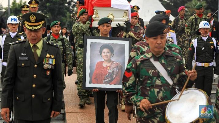 Sejumlah mantan Kepala Negara dan keluarganya hadir dalam pemakaman Ani Yudhoyono.
