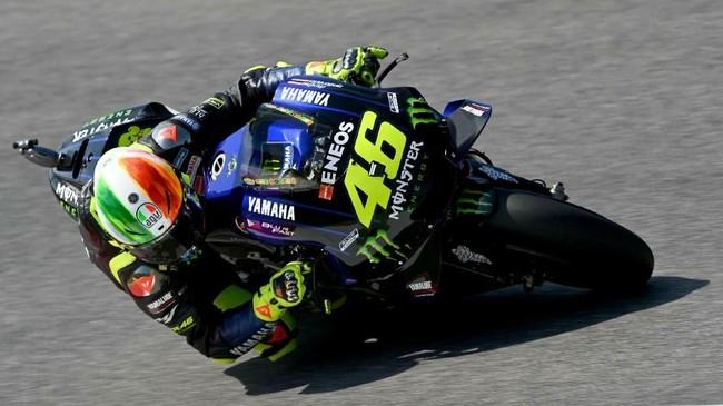 Pebalap Yamaha Valentino Rossi terpuruk di babak kualifikasi dan harus start dari posisi 18 pada MotoGP Italia 2019. (Claudio Giovannini/ANSA via AP)