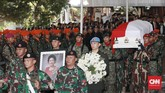 Pemakaman secara militer di TMP Kalibata juga dihadiri pejabat tinggi negara dan mantan pejabat tinggi negara. (CNN Indonesia/Andry Novelino)