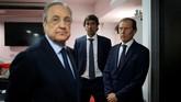Mantan striker Real Madrid Raul Gonzalez, Presiden Florentino Perez,dan Direktur Los BlancosEmilio Butragueno menghadiri persemayaman almarhum Antonio Reyes. (REUTERS/Jon Nazca)