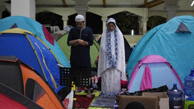 Setiap tenda diisi oleh sekitar empat sampai lima orang untuk satu keluarga. Setiap tenda dipersilakan turut membayar sumbangan sebesar Rp 150 ribu yang akan dipergunakan untuk biaya keamanan, kebersihan, dan kebutuhan Ramadan seperti takjil. (Photo by TIMUR MATAHARI / AFP)