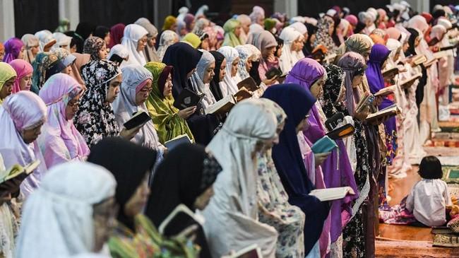 Iktikaf di Masjid Raya Habiburahman sudah berlangsung sejak 1998 silam dengan jumlah jemaah yang semakin meningkat setiap tahun. (ANTARA FOTO/M Agung Rajasa)