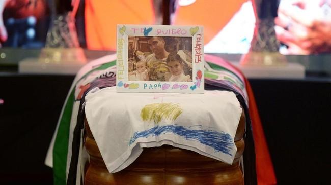 Antonio Reyes meninggalkan sang istri, Noelia Lopez, sang anak yakni Noelia dan Triana serta putra dari pasangan sebelumnya Jose Antonio Jr. (Photo by CRISTINA QUICLER / AFP)
