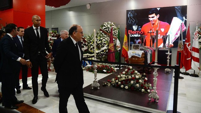 Mantan pemain Brasil Luisao dan Presiden Porto FC Jorge Nuno da Costa melayat ke tempat persemayaman Reyes di Stadion Ramon Sanchez Sanchez. Almarhum meninggal dalam kecelakaan mobil Sabtu (1/6). (Photo by CRISTINA QUICLER / AFP)