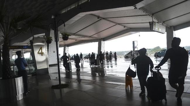 Calon penumpang berjalan menuju Terminal keberangkatan untuk lapor diri atau check in di Terminal 3 Ultimate Bandara Soekarno Hatta, Tangerang, Banten, Senin (3/6). (ANTARA FOTO/Nova Wahyudi/foc).