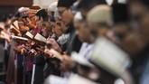 Jemaah melaksanakan salat malam saat beriktikaf di Masjid Raya Habiburahman, Bandung, Jawa Barat, Selasa (26/5) dini hari. Iktikaf 10 hari terakhir bulan Ramadan merupakan ibadah dalam rangka meraih malam kemuliaan atau Lailatul Qadar. (ANTARA FOTO/M Agung Rajasa)
