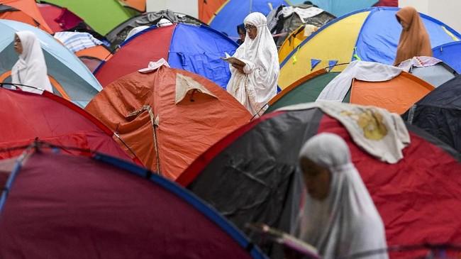 Sejak 2011, jemaah yang beriktikaf mulai mendirikan tenda-tenda. Jemaah harus mendaftarkan diri dahulu kepada panitia yang menyediakan tempat, tapi tenda dibawa sendiri oleh masingmsaing. (ANTARA FOTO/M Agung Rajasa)