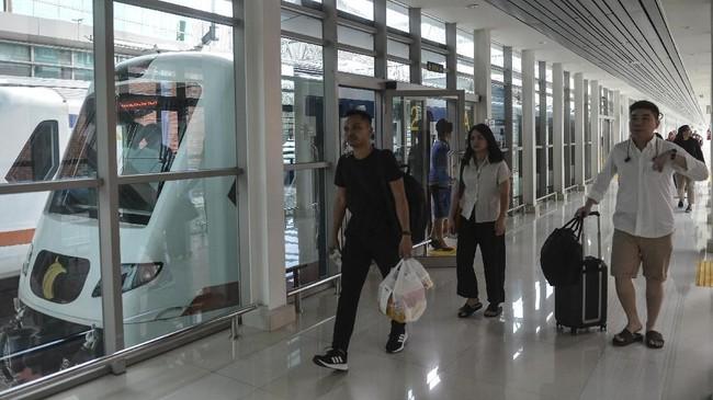 Sejumlah penumpang kereta api bandara berjalan menuju stasiun kereta api Bandara Soekarno Hatta, Senin (3/6). Untukmemudahkan masyarakat dari luar kota, operator KA Bandara Soekarno Hatta berencana mengintegrasikan KA Bandara dengan kereta jarak jauh rute Bandung dan Cirebon. (ANTARA FOTO/Nova Wahyudi).