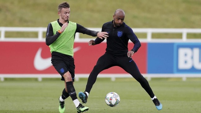 Manchester United dikabarkan Daily Mail menjadi kandidat utama untuk mendapatkan James Maddison (kiri) dari Leicester City dengan mengalahkan Liverpool, Manchester City, dan Tottenham Hotspur. (Reuters/Matthew Childs)