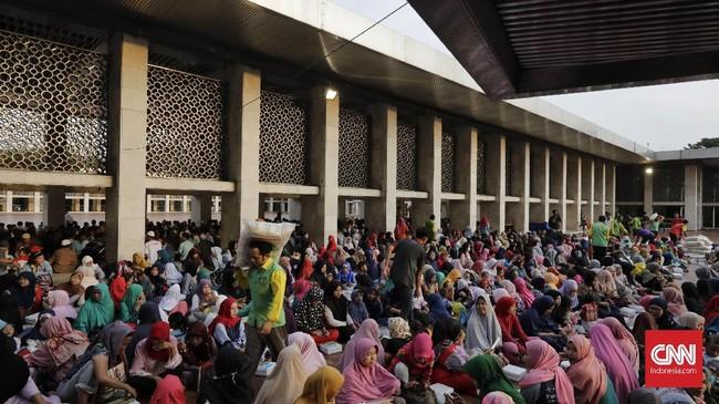 Sementara untuk zakat fitrah dalam bentuk uang, pengelola zakat menerima sekitar Rp200 juta hingga pukul 17.00 WIB. Apabila digabung dengan zakat mal, fidiah, kafarat, infaq dan sedekah jumlahnya mencapai Rp500 juta. (CNN Indonesia/Adhi Wicaksono)