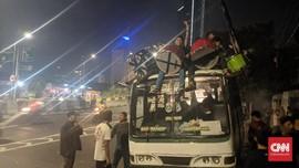 Takbir Keliling, Warga Bawa Drum ke Atap Kopaja