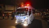 Mobil ambulans milik kepolisian tiba di lokasi kejadian ledakan di Pospam Kartasura, Sukoharjo. Kini Terduga pelaku pengeboman pos polisi Kartasura dibawa ke Rumah Sakit Bhayangkara, Semarang untuk mendapatkan perawatan medis dan pemeriksaan. (ANTARA FOTO/Aloysius Jarot Nugroho)