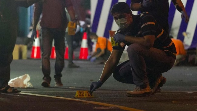Tim Inafis Polres Sukoharjo melakukan olah tempat kejadian perkara ledakan di Pospam Tugu Kartasura. Terduga pelaku pembawa bom tersebut kritis dan masih mendapat perawatan medis. (ANTARA FOTO/Aloysius Jarot Nugroho)